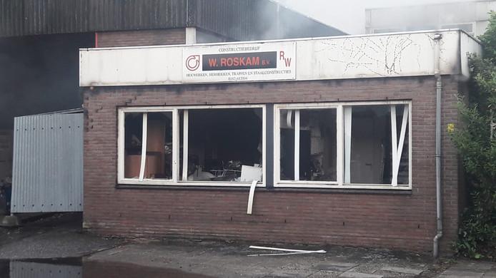 De brand woedt in constructiebedrijf W. Roskam aan de Staringlaan.
