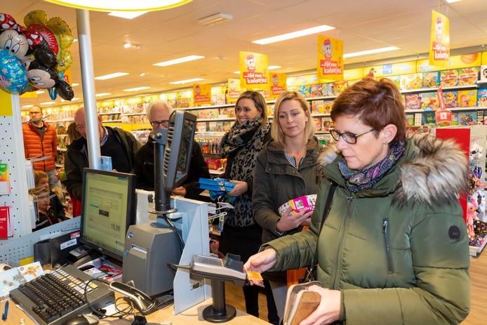 Een lange rij bij de kassa van de Intertoys in Waalwijk de zaterdagmiddag voor Sinterklaas.