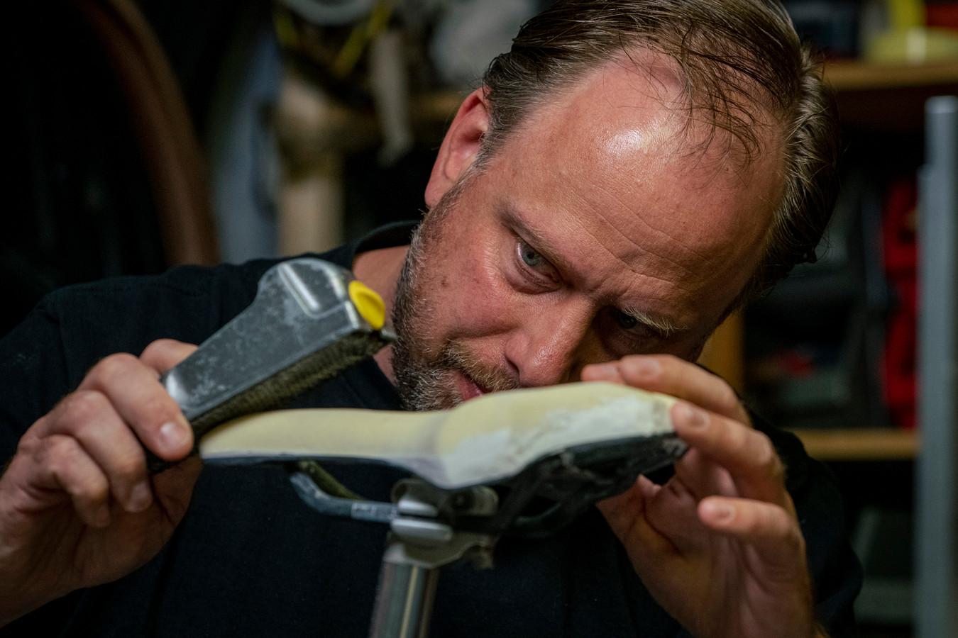 Piet van der Velde, oprichter van Ere Research, maakt zadels voor de top van de wielerwereld. Zijn zadels hebben vele wielerkampioenen ondersteund.