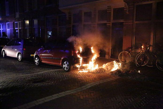 Auto uitgebrand op de Galileistraat in Den Haag.