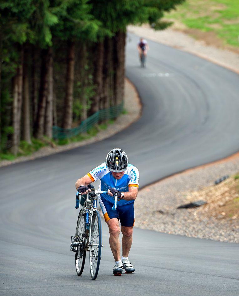 Amateurwielrenners op de Planche des Belles Filles leggen de laatste 200 meter vaak te voet af. Beeld Klaas Jan van der Weij / de Volkskrant