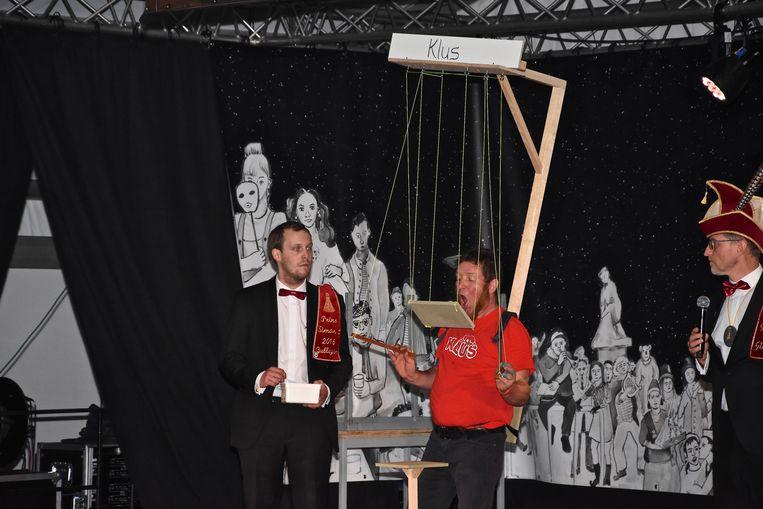 Verkiezing Prins Carnaval Gullegem - Een balletje op een plank als een soort van marionette in de mond proberen te loodsen bleek geen sinecure