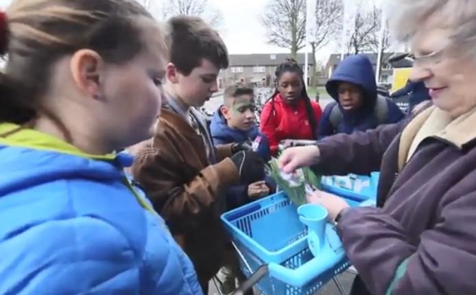 Sportplaatjes van helden uit Steenwijk. Die kunnen de kinderen in Steenwijk verzamelen. Video Wilbert Bijzitter.