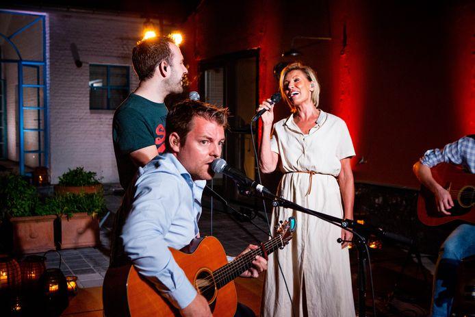 Dana en haar muzikanten spelen vanuit haar woning in Hasselt, in een setting die de zangeres vergelijkt met die van het tv- programma 'Liefde voor muziek'.