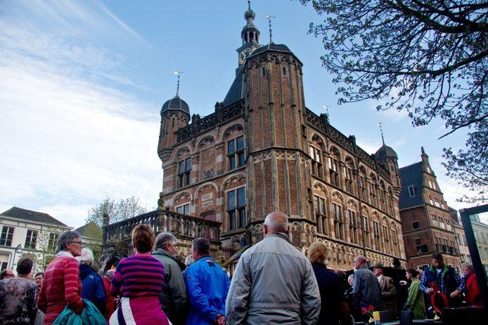 Protest van verontruste Deventenaren tegen sluiting van de Waag als historisch museum. Foto Erna Lammers