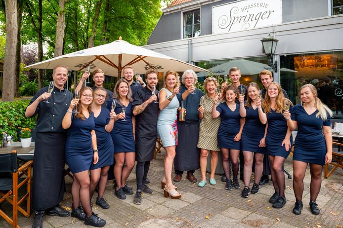 Het team van Brasserie Springer brengt een toost uit op het winnen van de Gouden Pollepel 2019.