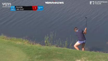 VIDEO. Natte voeten, maar geen natte broek: golfer slaat slag in onderbroek