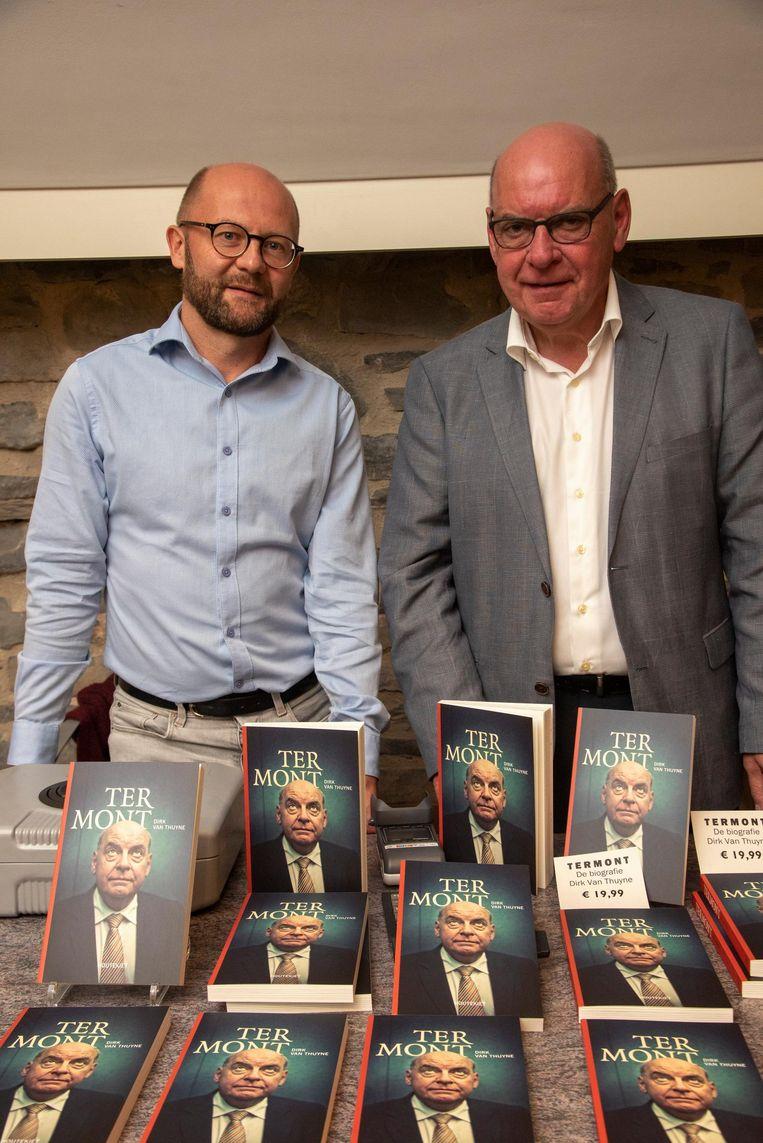 Auteur Dirk Van Thuyne en burgemeester Daniël Termont tijdens de boekvoorstelling.