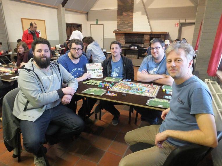 Fred, Joost, Pedro, Joffrey en Günther spelen een spelletje 'Rajas of the Ganges'.