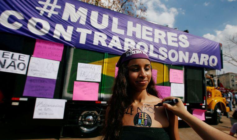 Een vrouw tijdens de demonstratie in São Paulo tegen Jair Bolsonaro.  Beeld REUTERS