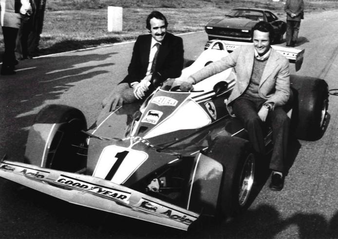 Niki Lauda in 1975 met zijn Ferrari-teamgenoot Clay Regazzoni.