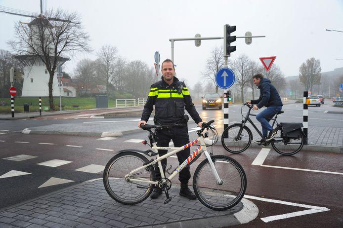 Wijkagent Martijn 't Gilde gaat met zijn collega's de komende maand strenger controleren op automobilisten die de nieuwe regels overtreden op de kruising van Poelendaeleweg met de Nieuwe Vlisingseweg in Middelburg.