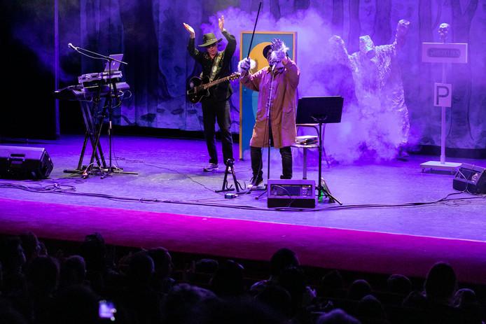 Paul van Loon  bij de Voorste Venne in Drunen zingen het nummer Weerwolvensoep.
