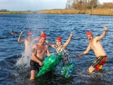 Bekijk hier de leukste foto's op social media van nieuwjaarsduiken in Oost-Nederland
