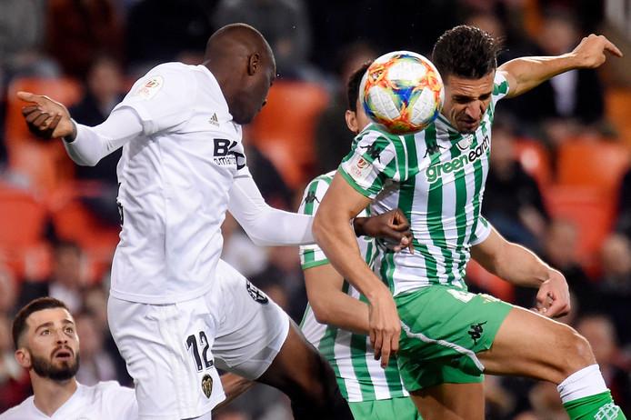 Valencia-verdediger Mouctar Diakhaby in duel met Zouhair Feddal van Real Betis.