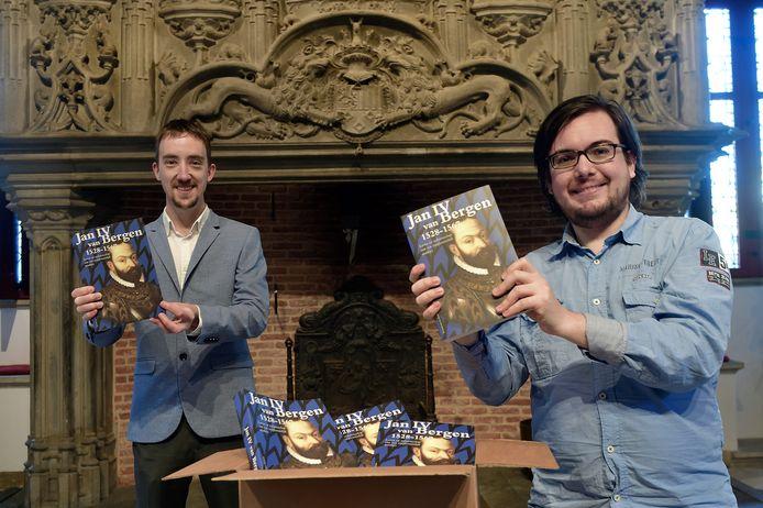 Bart van Eekelen (links) en Joey Spijkers tonen vol trots het boek over Jan IV.