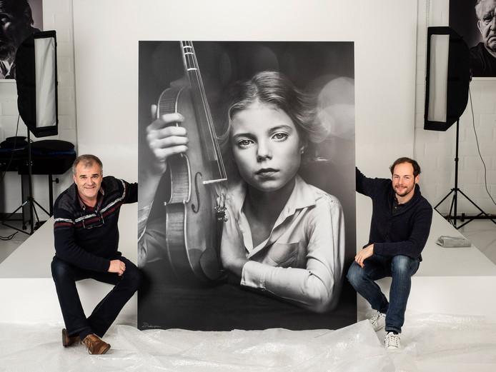Paul Gheyle en Jürgen de Witte bij een van hun foto's.
