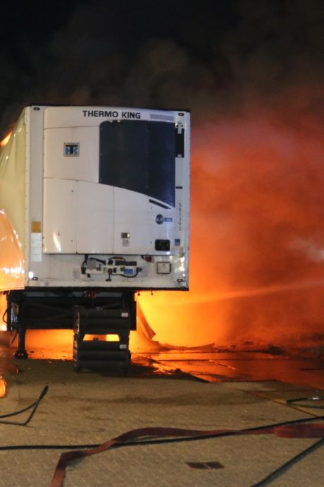 Koeltrailer vat vlam naast pompstation in Hellevoetsluis