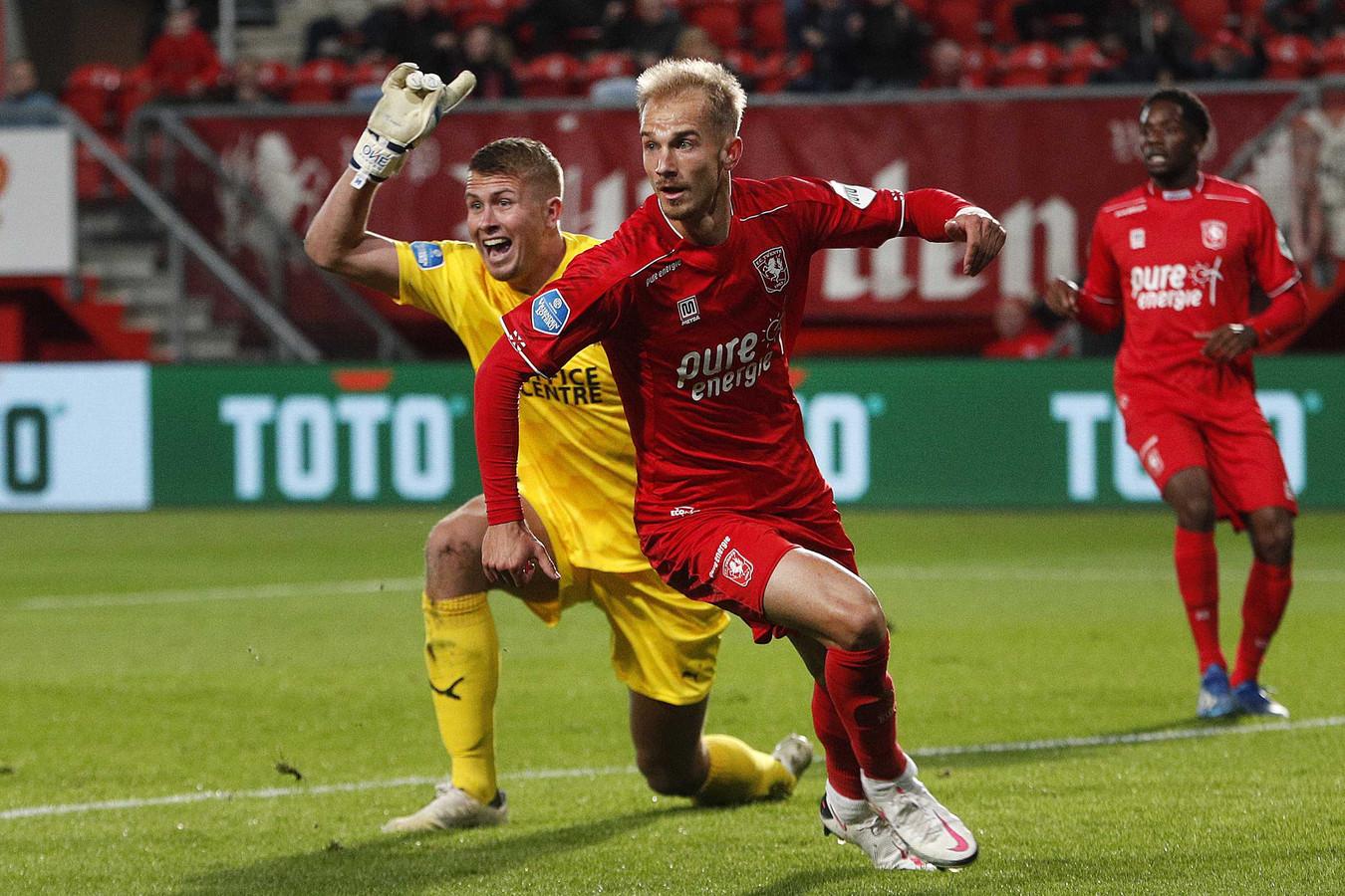 Vaclay Cerny kijkt naar de lijnrechter nadat hij de 1-0 lijkt te hebben gemaakt voor Twente tegen het Groningen van keeper Sergio Padt (l).