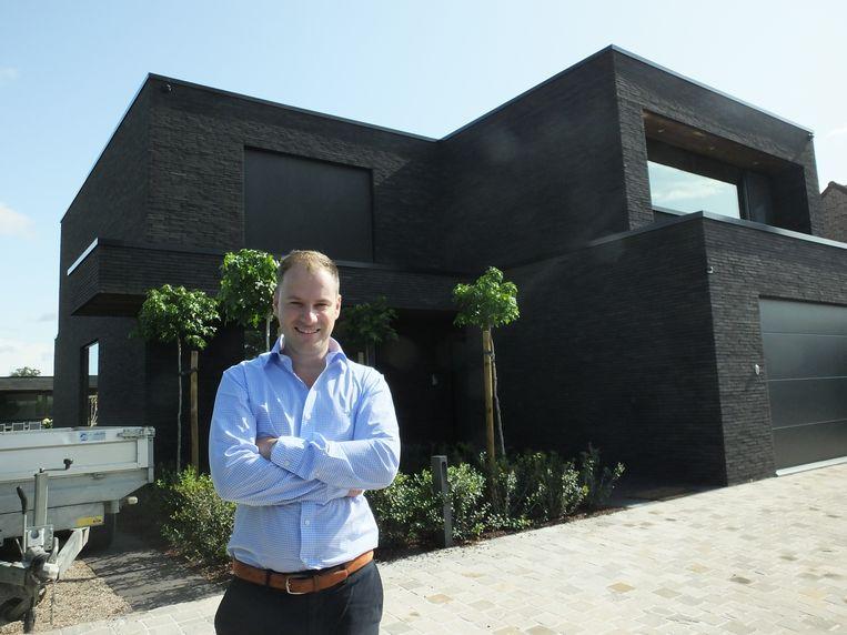 Cederik Declercq bij zijn huis in de Kasteelstraat in Olsene.