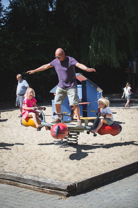 Lang niet alleen kindjes zijn blij met de geopende speeltuin op de Blaarmeersen.