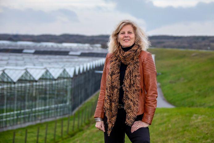 Karin Zwinkels op de grens van kassen en duinen, bij slag Beukel in 's-Gravenzande. Ze blijft altijd een voorvechter van het glas in het Westland en goede huisvesting voor arbeidsmigranten.