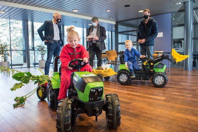 De kinderen van ZLTO'er Jan Rasenberg (rechts) hebben de land- en tuinbouwvisie afgeleverd bij wethouder Jan-Willem Stoop (links). In het midden ZLTO-voorzitter Piet Hermus.