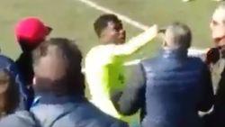 VIDEO. Voormalig Eupen-verdediger, nu bij Barcelona B, uitgesloten nadat hij 'racistische' fan duw in het gezicht verkoopt