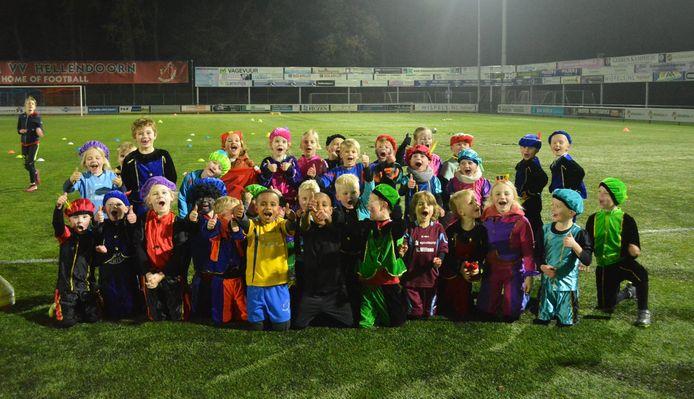 De jeugdleden van vv. Hellendoorn kregen een speciale pietentraining op sportpark De Voordam.