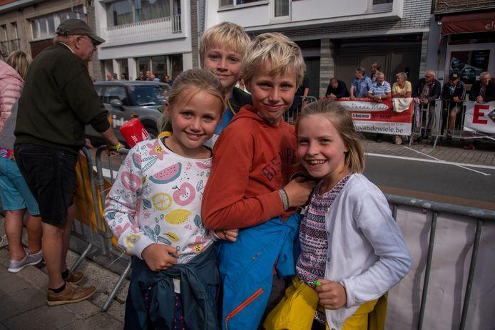 Nooit te jong voor de koers : Tess, Janne, Korneel en Toon supporteren voor Gilles Van Kerckvoorde uit Oostakker.