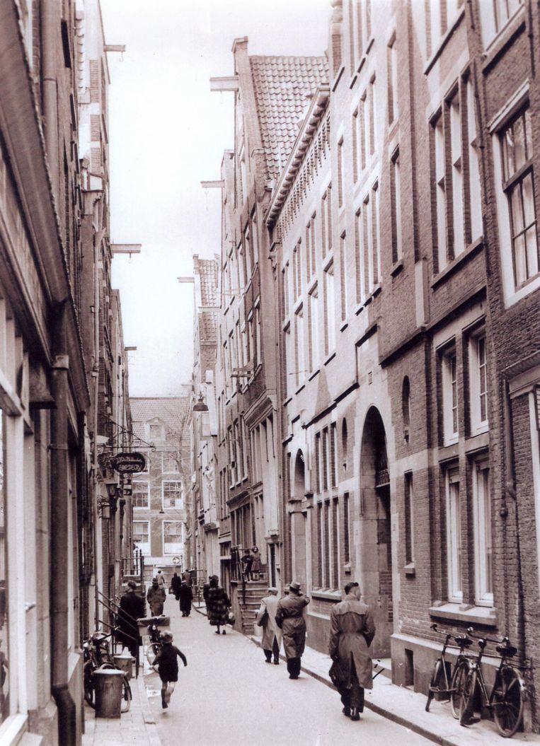 Barndesteeg, 1954. Links het uithangbord van de smederij van Simon van Bloklands vader Beeld -