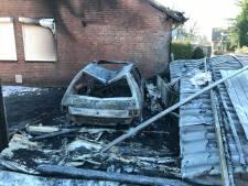De schade na de brand in Venhorst: klassieke Peugeot en carport in de as