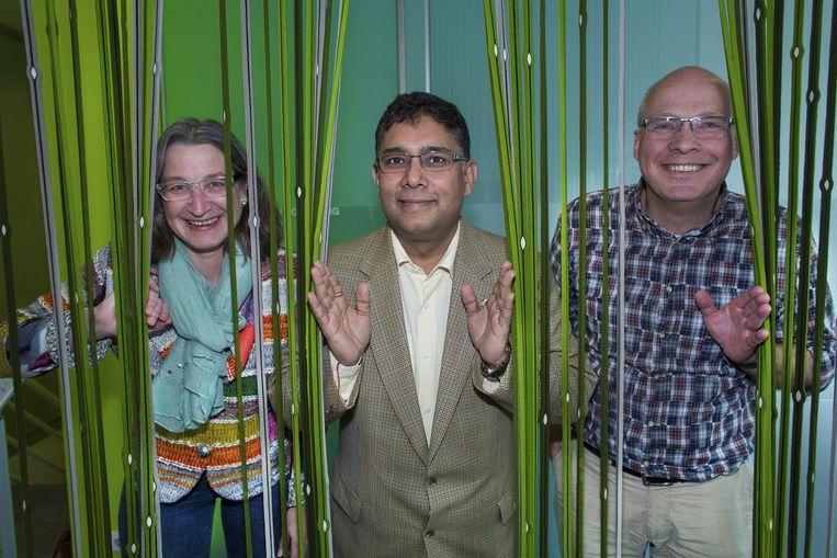 Mentor Aya Sharma tussen Beate en Theo Bouwman van Woody's Housing Beeld null