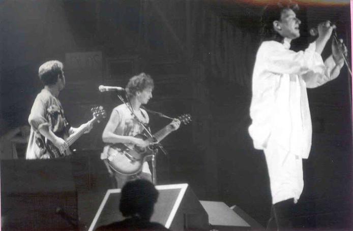 In het midden Peter Vergouwen uit Etten-Leur, links bassist Adam Clayton en rechts Bono. Opname tijdens Torhout in 1985.