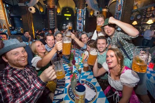 Oktoberfest in de Boterwaag met dirndl en lederhosen en een hele hoop bier