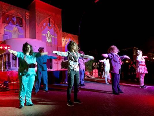 Bewoners trakteren op een grote projectie- en dansshow voor hun huis