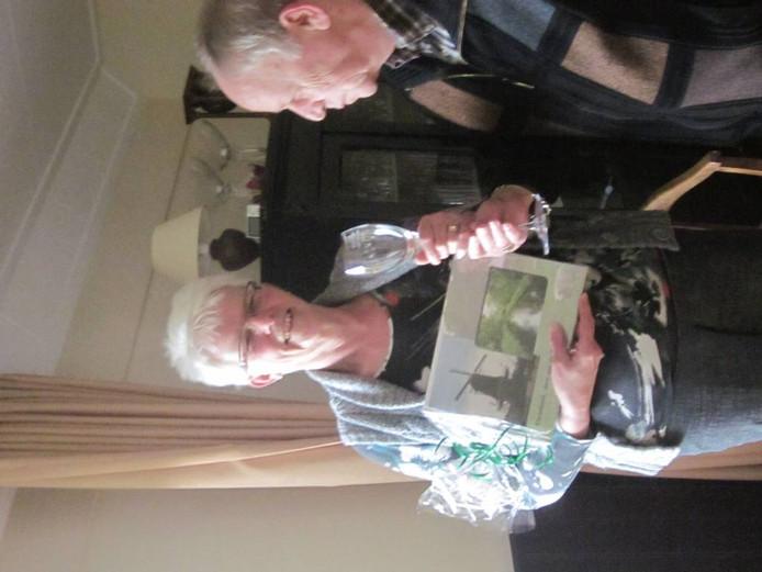 Mieke Hendriks krijgt van Harrie Balster de prijzen die horen bij haar uitverkiezing tot vrijwilliger van het jaar.