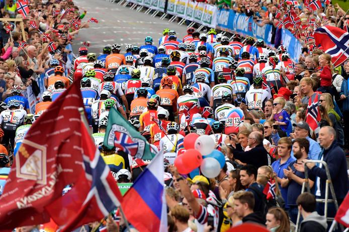 Het peloton rijdt door de straten van het Noorse Bergen, bij het WK van 2017.