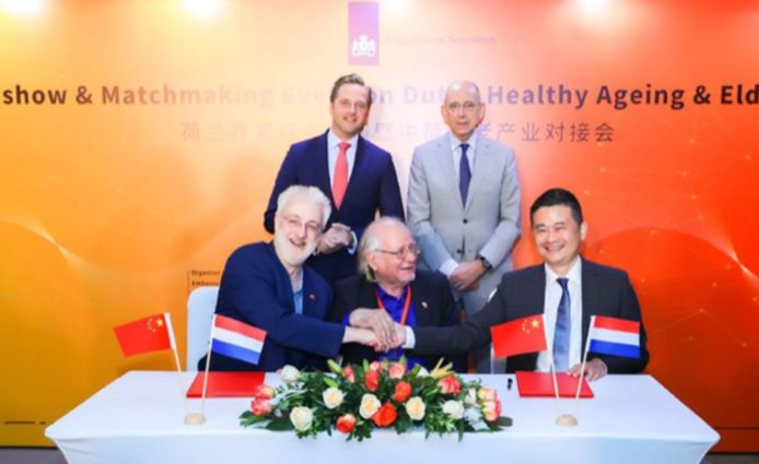 Onder het toeziend oog van vicepremier Hugo de Jonge  en ambassadeur Kronenburg wordt een samenwerkingsovereenkomst getekend met topman Philip Gong van Yunlin Elderly Care.
