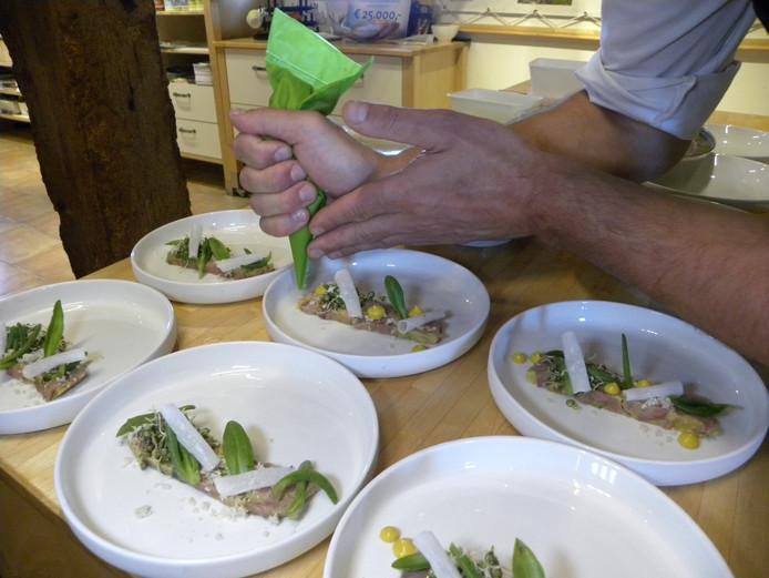 Gerecht van Joram Timmerman met lamsschenkel, eendelever, lamsoor, gespruite linzen en mierikswortel.