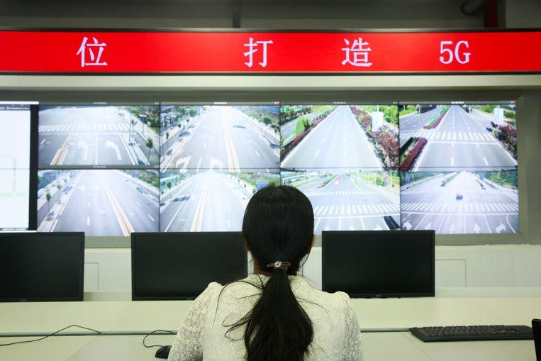 In het testcentrum in Fangshan houdt een medewerker het circuit waarop de zelfrijdende auto's rijden in de gaten. Beeld Elke Scholiers