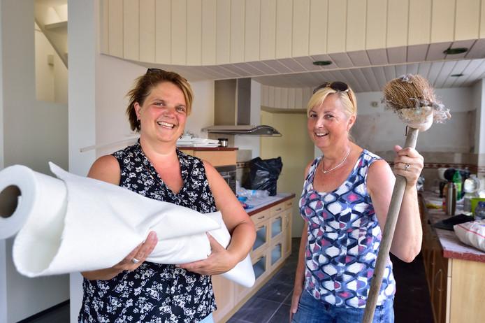 Nelleke Mouthaan (l.) samen met vrijwilligster Ria Pels aan het klussen voordat de aannemer aan het werk gaat in het nieuwe hospice.