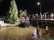 Drie mannen raken in auto te water in Maurik: één inzittende mogelijk gevlucht
