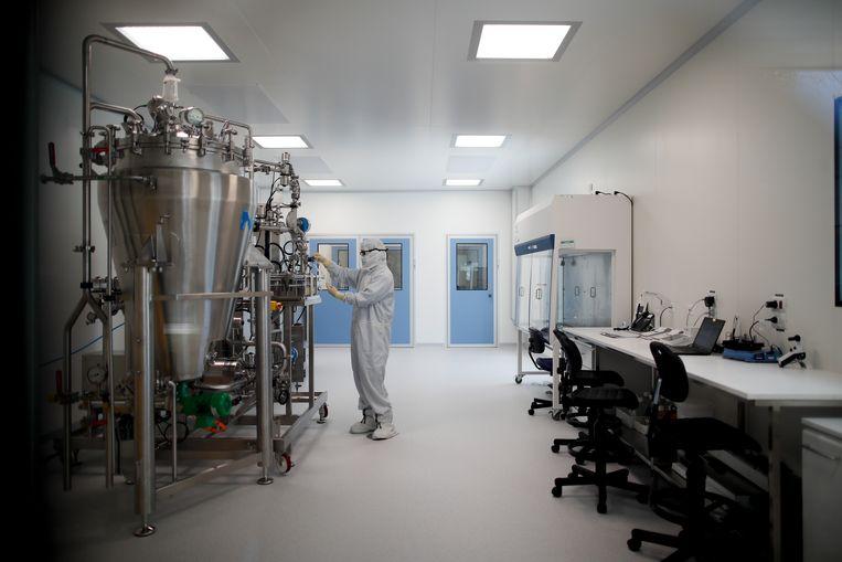 Een medewerker in het laboratorium van het biofarmaceutische bedrijf mAbxience in Garin, Argentinië. Beeld AP