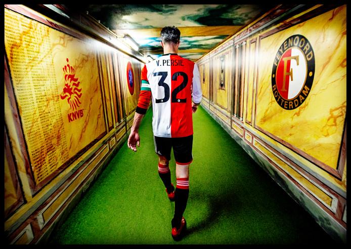 Robin van Persie loopt voor het laatst door de befaamde spelerstunnel in de Kuip. Hij krijgt niet het gedroomde afscheid als profvoetballer, want Feyenoord verliest van ADO Den Haag met 0-2.