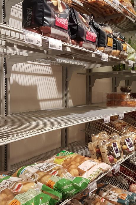 Lege schappen door sneeuw: geen groente, vlees en melk in AH Trudoplein