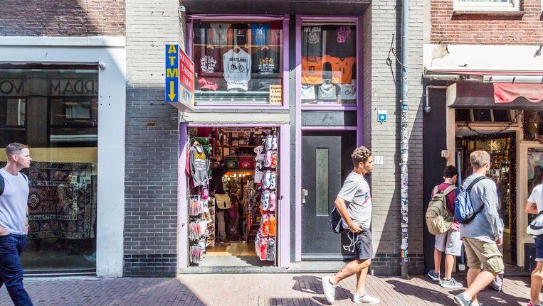 Een toeristenwinkel in de binnenstad. Naast de ruim honderd die er al zijn mogen er van Amsterdam geen meer bijkomen Beeld Tammy van Nerum