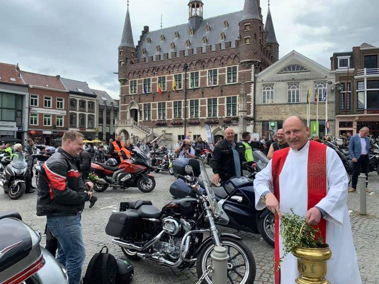 'Padre' Dirk Vannetelbosch zegende alle motards en hun motorfietsen.