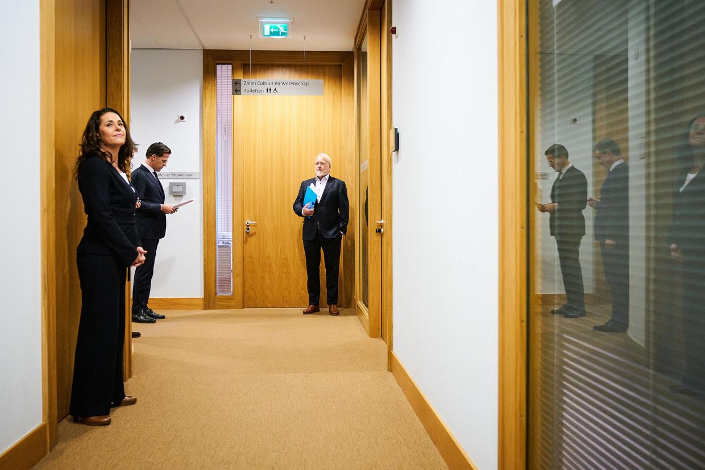Gebarentolk Irma Sluis, premier Mark Rutte en Jaap van Dissel van het RIVM vlak voor het begin van de persconferentie over de coronamaatregelen.
