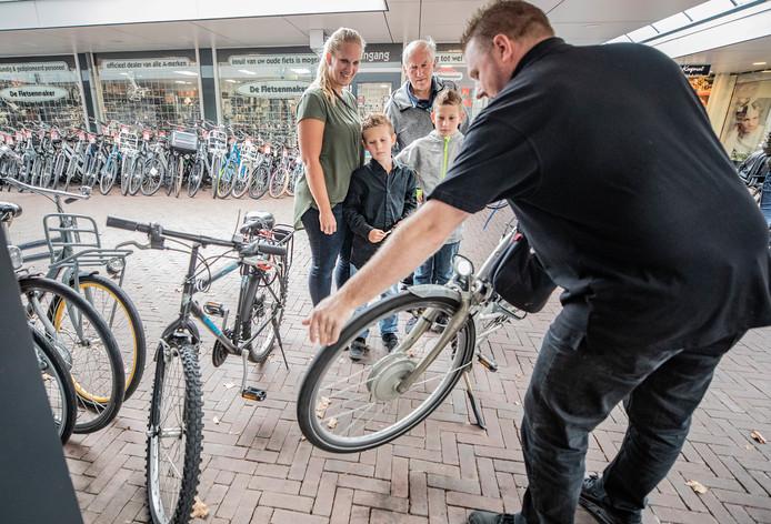 Uitstalling van fietsen op De Maat. Door het vertrek van De Fietsenmaker ontstaat een flink gat in het winkelbeeld.